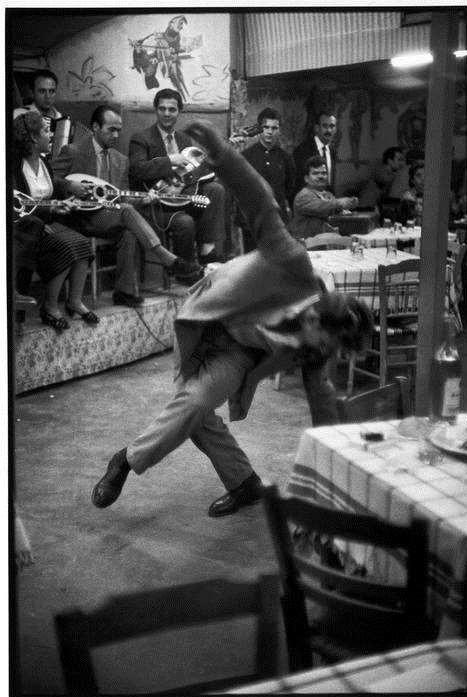 Πειραιάς, Ζεϊμπέκικο σε καφενείο, 1953.